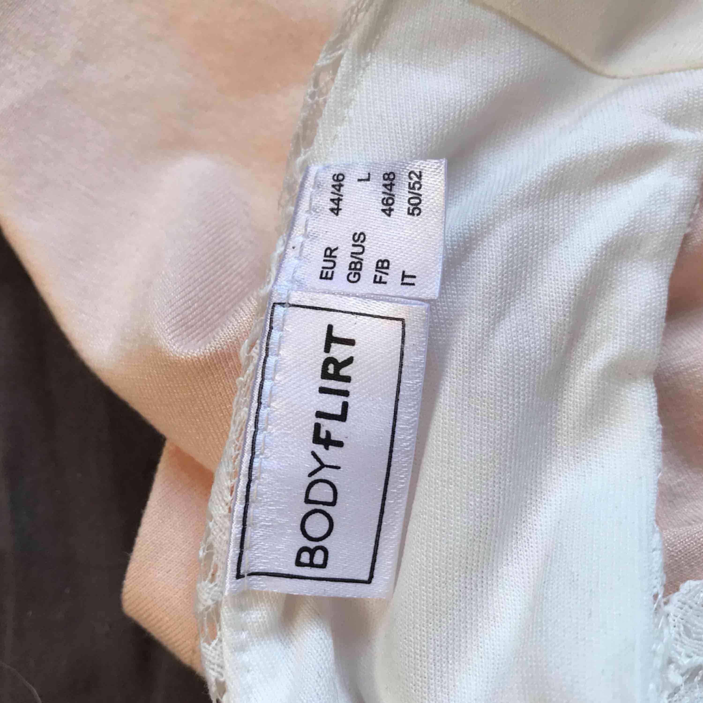 Använd en gång, sälj pga för stor. Inga fläckar eller fel på den. Klänningar.