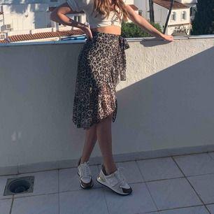 Sjukt snygg leopard kjol! Stor för frakten