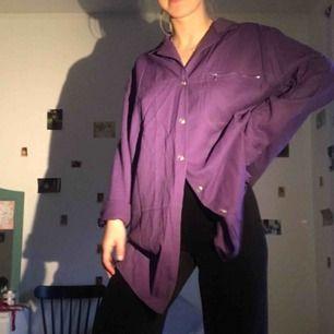 Cooool lång skjorta som kan användas som klänning med snygg väska till, kan även vara snyggt å klippa av✂️