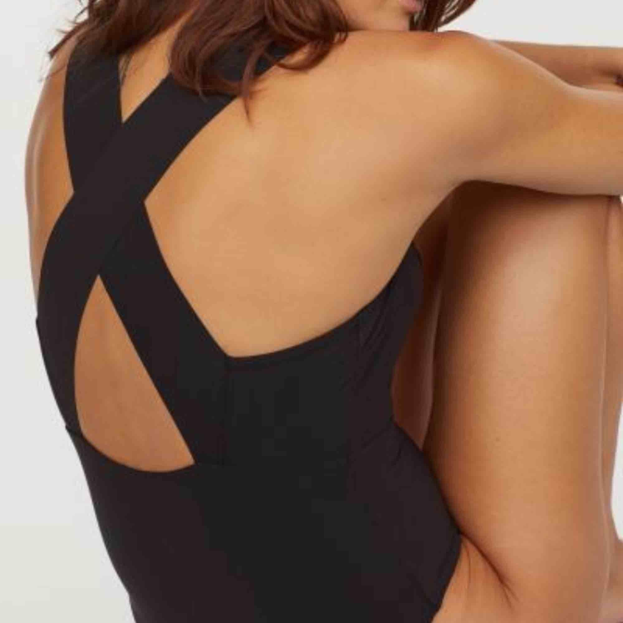 Svart baddräkt med urringning och korsad rygg Köparen står för frakt  Xs-s. Klänningar.