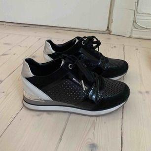 Använda 2 gånger men som nya! Påse finns bär man köper skorna :) nypris 1799:-