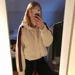 En mysig hoodie från Monki! Det är en L men går bra som en oversize på M och förmodligen S! Kan mötas upp i Göteborg, annars står köparen för frakt (frakten ingår ej i priset)! Betalning sker via swish❤️❤️💓
