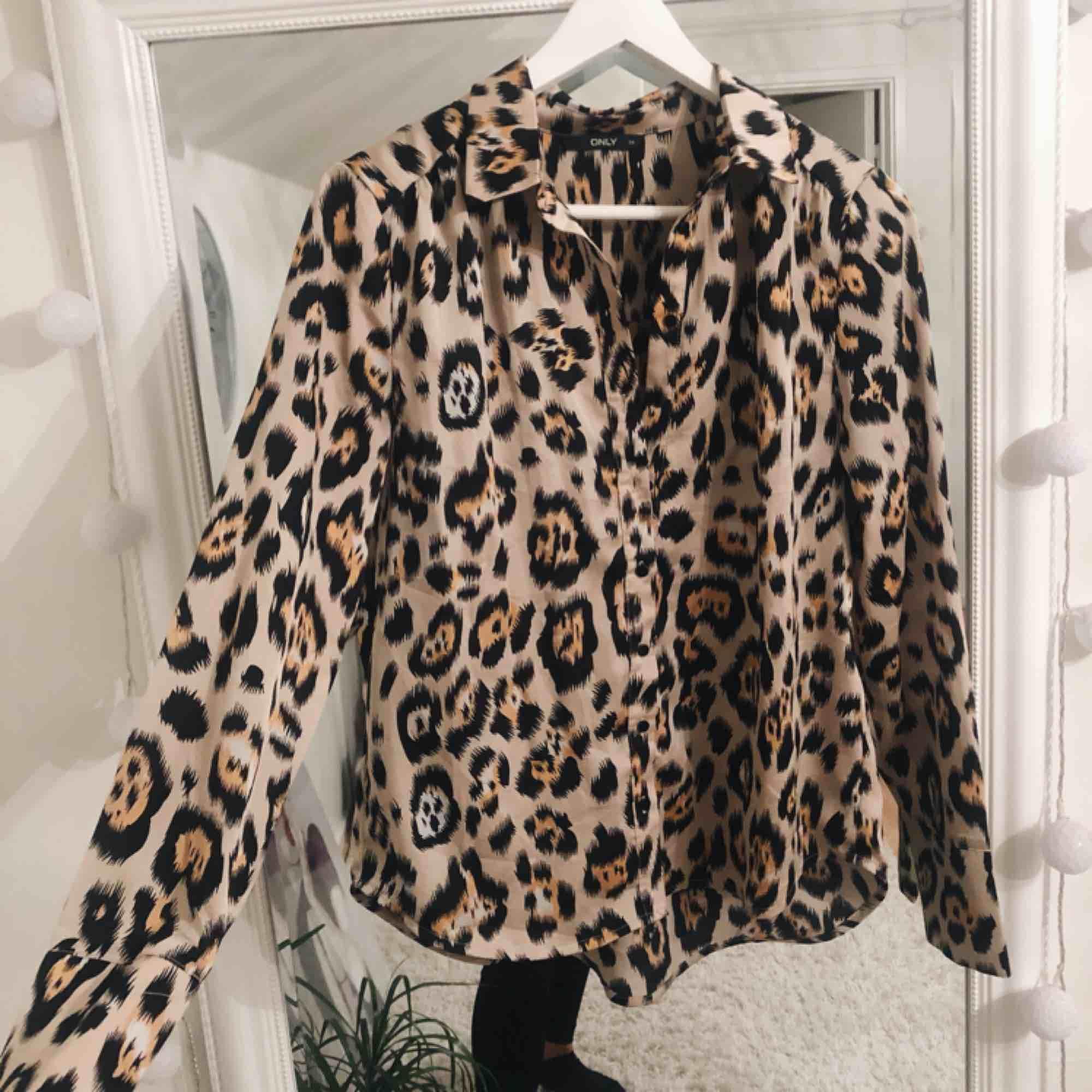 En jättesnygg leopardskjorta köpt ifrån zalando, märket är ONLY, får tyvärr ingen användning för den längre, den är sparsamt använd och är i ett väldigt bra skick, frakten ingår i priset!. Blusar.