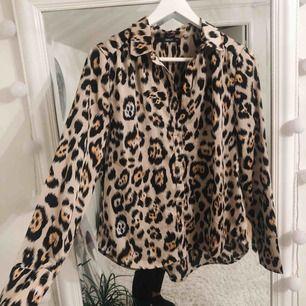 En jättesnygg leopardskjorta köpt ifrån zalando, märket är ONLY, får tyvärr ingen användning för den längre, den är sparsamt använd och är i ett väldigt bra skick