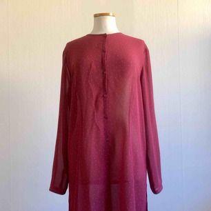 Rosa skjortklänning med ljusrosa prickar.  Längd: 95 cm.  Frakt ingår i priset!