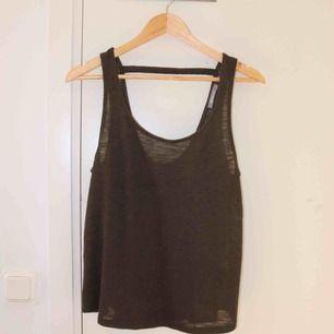 Mörkgrön topp från Gina tricot i storlek M. Bild 3 visar ryggen. Knappt använd. Transparent och luftig nu till sommaren. Köparen står för frakten 😊