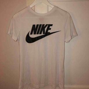 Nike tshirt, köpt från Nelly💜 Inte så mycket använd, bra skick:) Frakt tillkommer