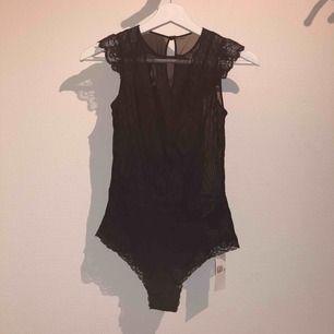 Helt ny oanvänd spetsbody från H&M! Lappen sitter kvar. Kan användas som topp eller underkläder. Nypris 249kr. Frakt tillkommer!
