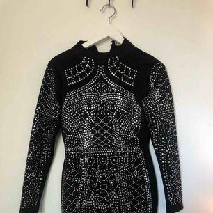 Den klassiska svarta strassklänningen från DM retro. Köpt inför nyår och endast använd då, så klänningen är i fint skick. Nypris 900kr. Kan mötas upp i Stockholm, annars tillkommer frakt.