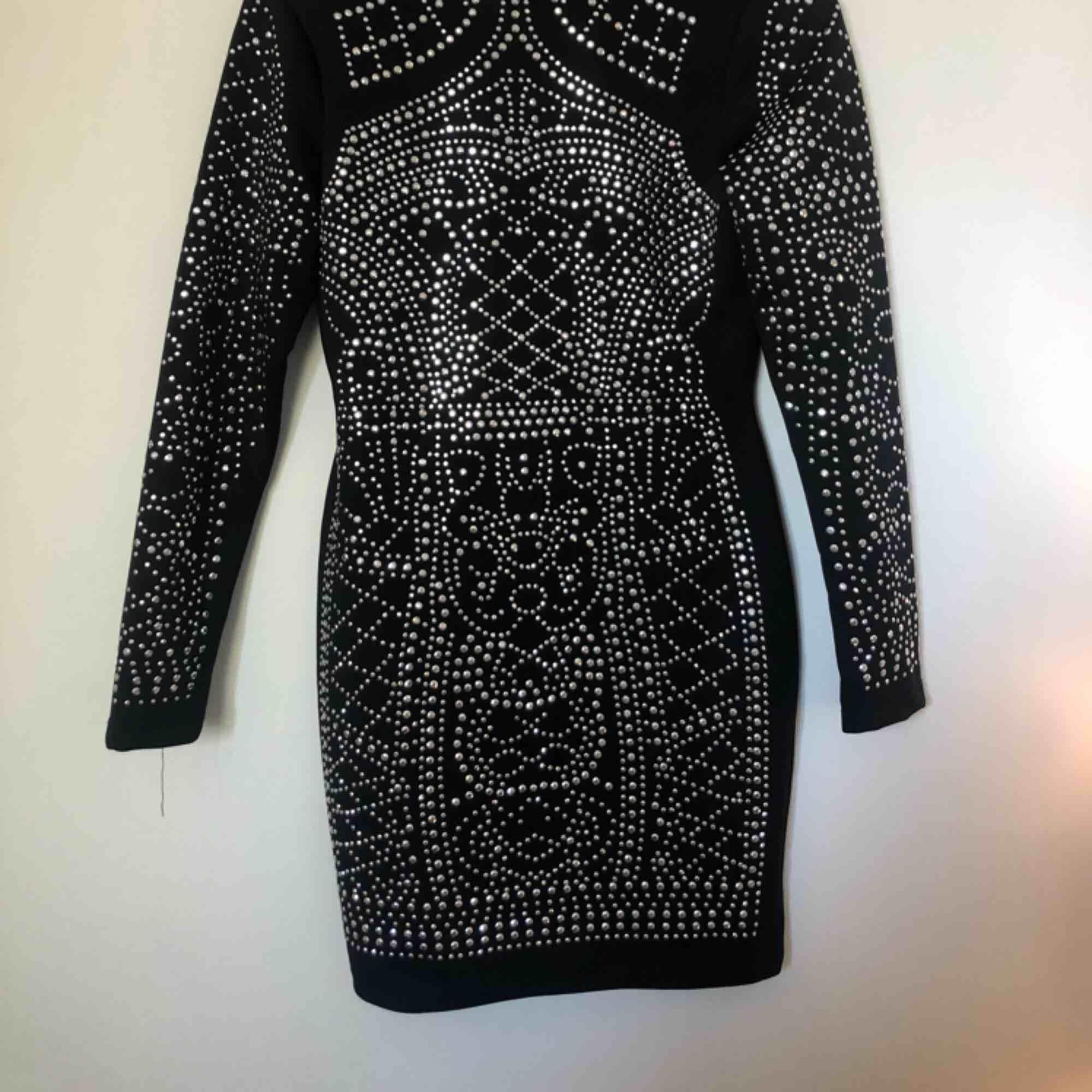 Den klassiska svarta strassklänningen från DM retro. Köpt inför nyår och endast använd då, så klänningen är i fint skick. Nypris 900kr. Kan mötas upp i Stockholm, annars tillkommer frakt. . Klänningar.