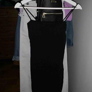 Svart vanlig klänning från Gina. Aldrig använd av mig. Spagetti band. Köpare står för frakt 🖤