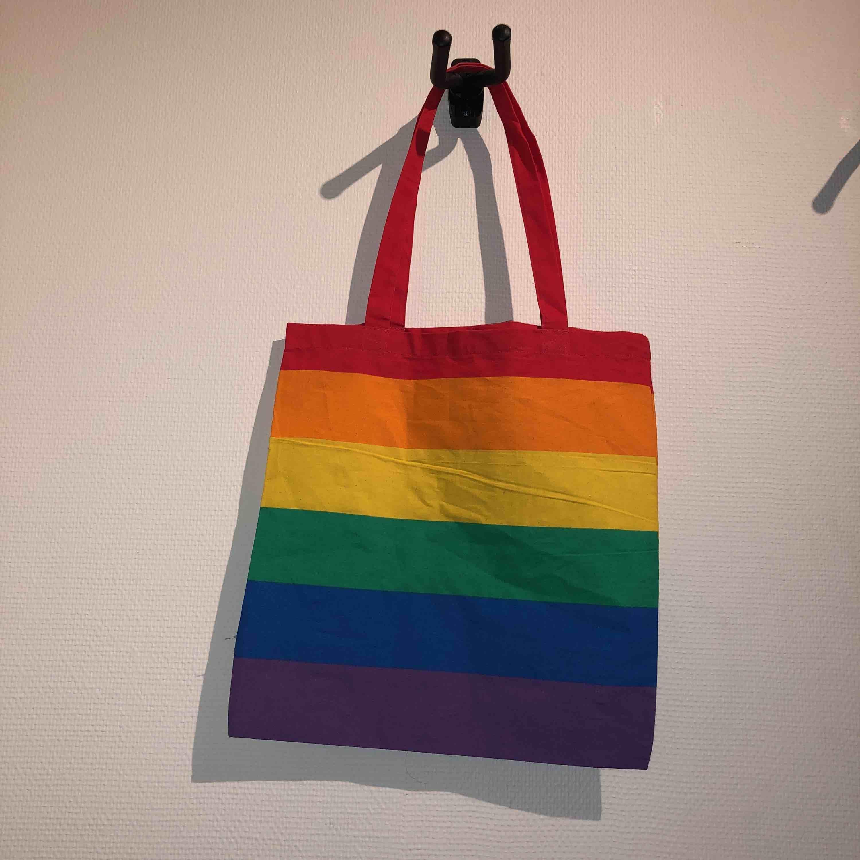 Tygväska i regnbågens alla färger! Jättefin och passar väldigt bra nu till kommande Pride!! 2 av 3 sålda, bara 1 kvar! Frakt 18kr. Väskor.