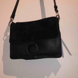 Väska i mocka och skinn imitation från WERA Stockholm. Inköpt för 899kr. Säljer för 500kr inklusive frakt. Kan gå ner i pris vid snabb affär!!