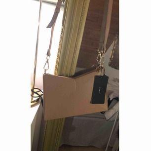 Super fin nude coloured väska från Zara. Prislappen hänger kvar & köptes för 349 kr. Helt ny & oanvänd.