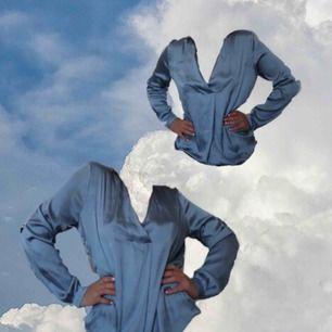 Tjabbatjenahallå 💙 Denna blus från H&M passar till vardag och fest! 🕊  Jag själv är en 36a men anser att blusen passar från 34-38, köparen bettalar frakt som ligger runt 30 kr. Fråga gärna, ha det bäst! 👼🏽💞