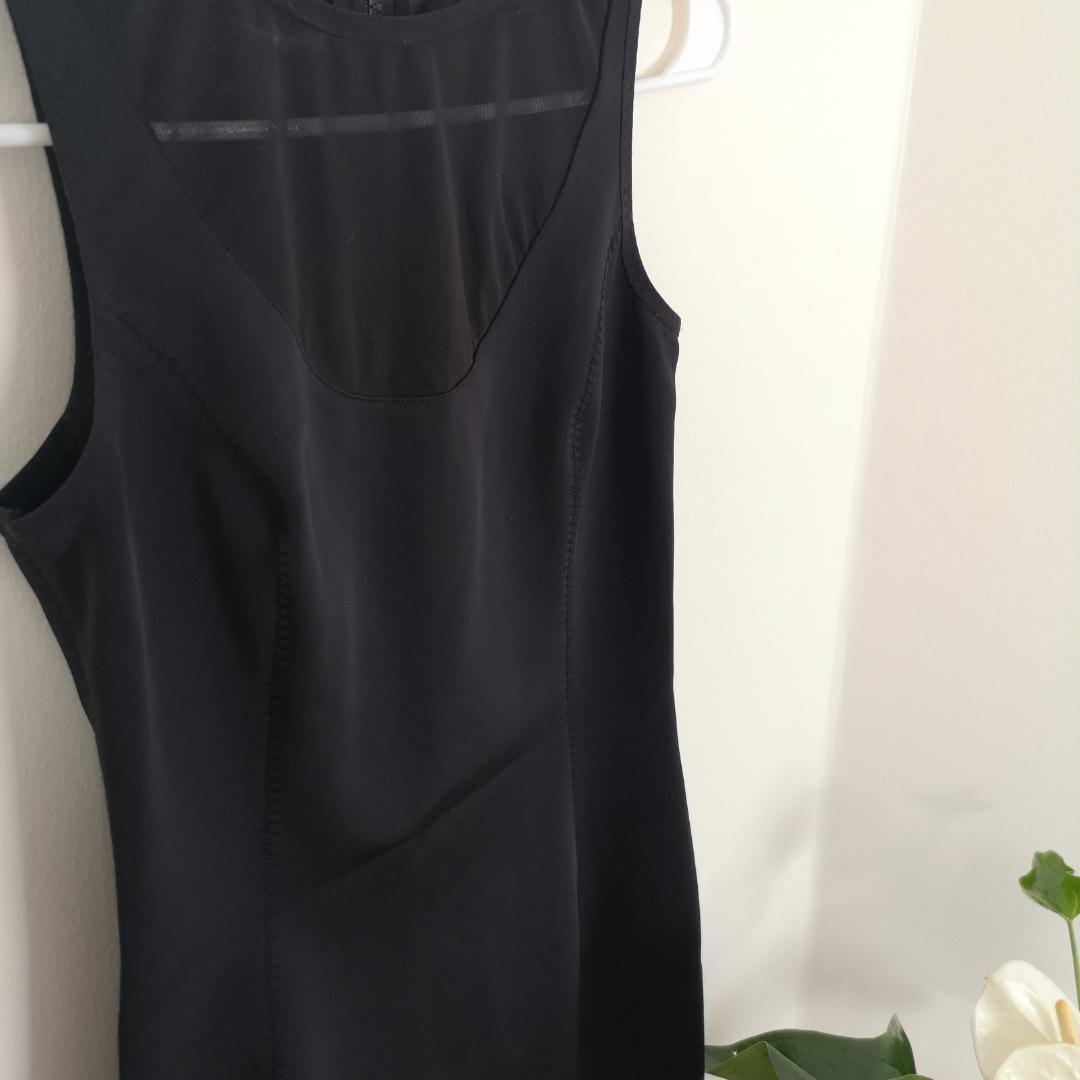Figursydd svart klänning, nät upptill både fram och bak. Helt perfekt längd och såå bekväm! Används inte tillräckligt mycket av mig :/ frakt ingår🌹. Klänningar.