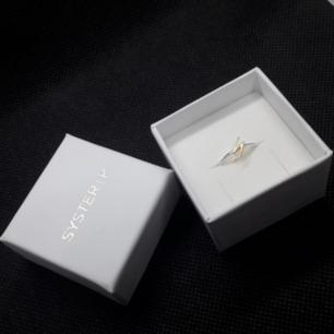 Snap Ring Flash Silver ifrån kända märket SysterP♥️ Nypriset där: 299:- Ringen är helt oanvänd kvar i originalförpackningen! Storleken är den som står inringad-bild2. Frakt med box = 36:- Frakt utan box = 9:-
