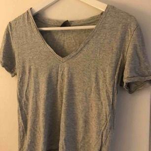 t-shirt med v-ringning, väldigt snygg detalj o sitter fint på och väldigt skön, från ginatricot i bra skick