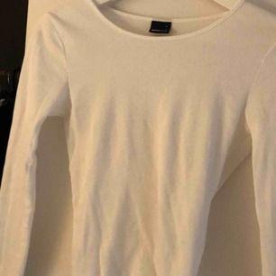 helt ny dock ingen lapp kvar, jättefin vit långärmad från ginatricot med detaljer vid handleden o nertill på tröjan, är en S men jag skulle mer säga en XS då den är lite liten i storlek