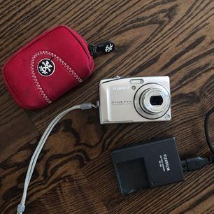 Digitalkamera med filmfunktion. I bra skick, fungerar felfritt! Fodral + laddare medföljer.   Frakt tillkommer :)