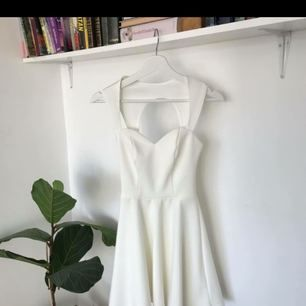 Söt klänning från Nelly. Använd en gång, så i bra skick!  Frakt tillkommer:)