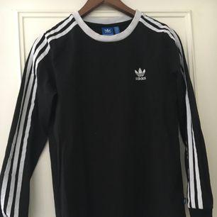 En jätte fin svart och vit adidas tröja, bara använd ett fåtal gånger så den är som ny. Köpte den för 399 kr.