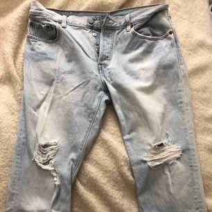 Jeans från Levis. Endast använda ett fåtal gånger så är i nyskick. Lite liten i storleken. Frakt tillkommer  Storlek: W31 L32 Nypris: 1199kr