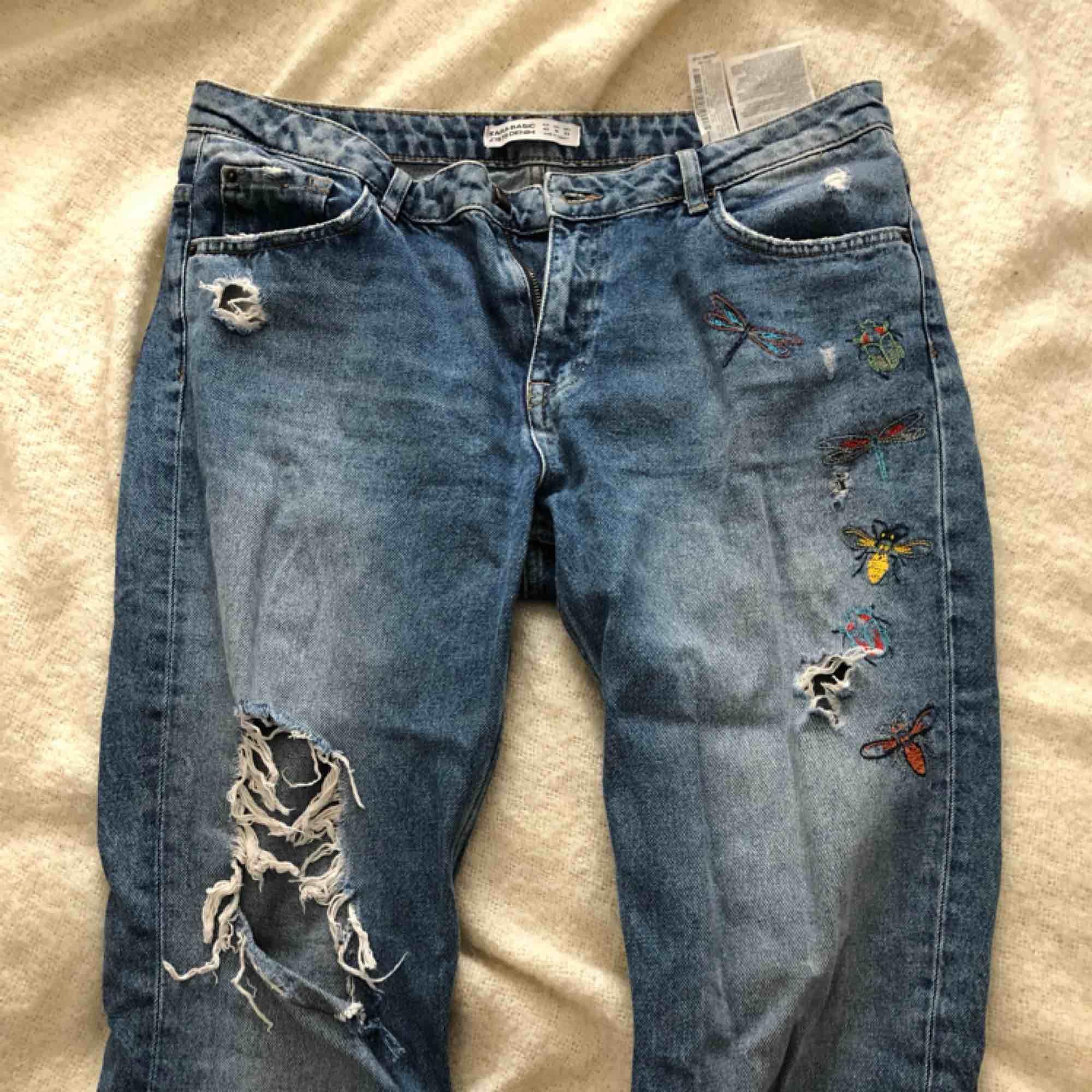 Snygga jeans från Zara i fint skick. Storlek 42 Frakt tillkommer . Jeans & Byxor.