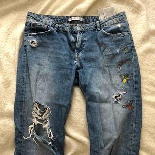Snygga jeans från Zara i fint skick. Storlek 42 Frakt tillkommer