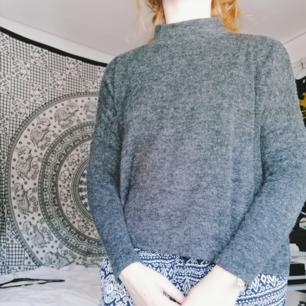 Jättefin tröja som är lite högre i halsen. Märkt xs men sitter bra på mig som är S/M