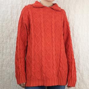 Superfin stickad tröja köpt secondhand med liten krage. Frakten för denna ligger på 63 kr, samfraktar gärna!👍☺️ (mer fraktkostnad kan tillkomma vid köp av flertalet varor)