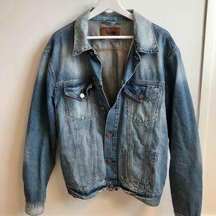 Acne jeansjacka i herrmodell. Storlek XL ,men fungerar lika bra för M-L. Nypris ca 2500kr, säljes för 799kr. Kontakta för fler bilder och info! tel: 0735713385