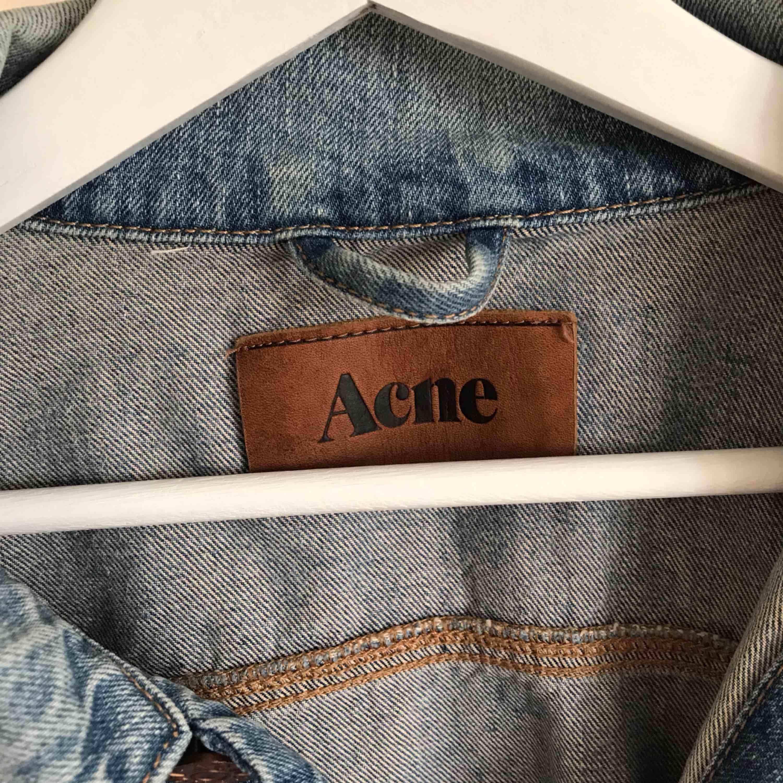 Acne jeansjacka i herrmodell. Storlek XL ,men fungerar lika bra för M-L. Nypris ca 2500kr, säljes för 799kr. Kontakta för fler bilder och info! tel: 0735713385. Jackor.