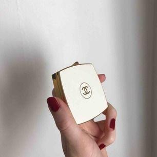 ⭐️ Gamal parfymdosa med spegel från Chanel ⭐️Ingen parfym kvar, men luktar fortfarande lite av Coco Mademoiselle. Frakt är inte inkluderat i priset.