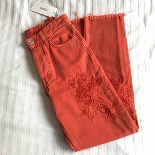 NYA MED LAPPARNA KVAR ✨ Säljer dessa helt nya jeans i en lite dov orange nyans. Köpta på H&M för 499:-  Beställde två storlekar (25 och 26) men jag var för lång för dem och glömde skicka tillbaka i tid😅 ✨ Köpare betalar frakten (63kr)