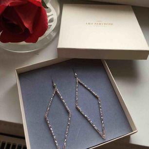 Helt oanvända och nya Lily and rose örhängen i silver med rosa stenar.    Pris i butik: 600kr