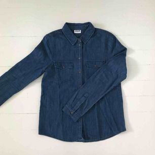 Jeansskjorta från Asos. Aldrig använd. Storlek small. Köparen betalar frakten.  Är annonsen kvar är produkten kvar 🙃