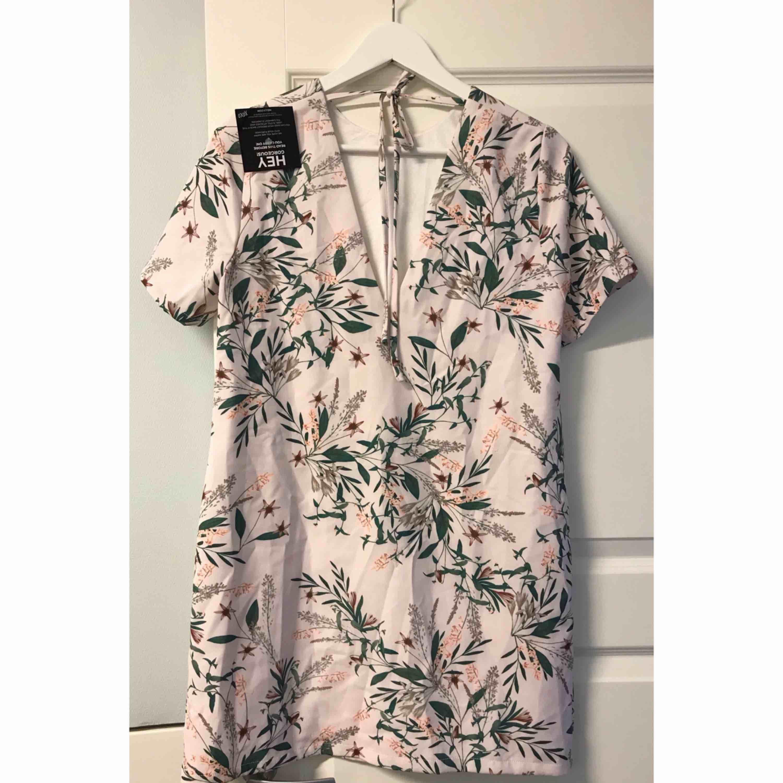 Helt ny klänning med prislappar kvar på som endast legat i min garderob och inte kommit till användning. Jätte fint öppen i ryggen. Tillkommer frakt. . Klänningar.
