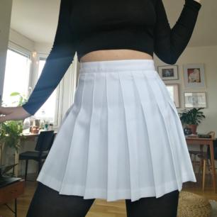 Helt ny kjol från American Apparel (som nu heter Los Angeles Apparel). Nypris ca 600kr. Har kvar kvitto!  Så fin kvalitet och form på deras tenniskjolar. Storleken är liten, så passar bäst på en small eller liten M. Måtten finns på deras hemsida!  Skickar mot frakt på 39kr eller möts upp i Stockholm :)