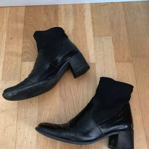 Snygga skor med fyrkantig tå. Köpta second hand men bra skick ändå! Frakt tillkommer på 63kr 🦇