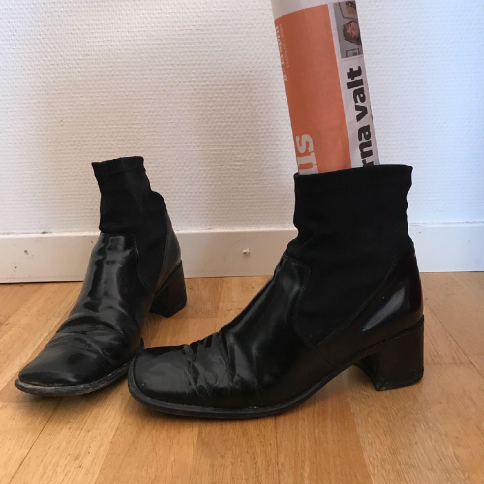 Snygga skor med fyrkantig tå. Köpta second hand men bra skick ändå! Frakt tillkommer på 63kr 🦇. Skor.