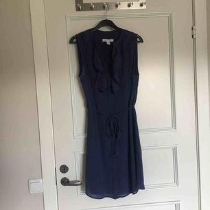 Fin klänning. Använd en gång. Lite ljusare blå färg än på bilden. Köparen står för frakt