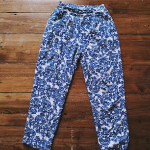 Fina byxor från monki märkta xs men passar även s bra. Har fickor.