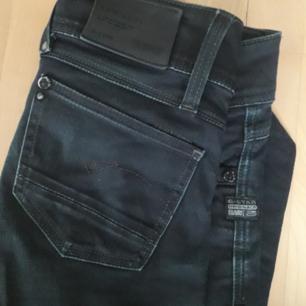 Gstar jeans i TJEJMODELL från LÄNGE SEDAN! Lite shady used i färgen😍 Storlek: 26 Längd: 30 FRI FRAKT