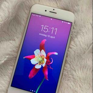 Säljer min fina iPhone 6s i färgen guld. I super fint skick, som ny. Den enda repan syns på bild 3. Mobilen fungerar utmärkt. Jag skickar mobilen med PostNord spårbart. Pris kan diskuteras. 16 GB, Olåst, Batterikapacitet 85%. Laddare och skal ingår