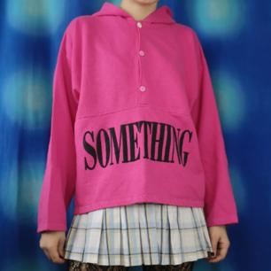 Skitsnygg hoodie köpt secondhand som ger riktiga 80-tals vibbar. Det står SOMETHING stort på magen. obs! Den översta knappen är vit istället för rosa. Frakten för denna ligger på 63 kr, samfraktar gärna! ☺️👍 (mer fraktkostnad kan tillkomma vid köp av flertalet varor)