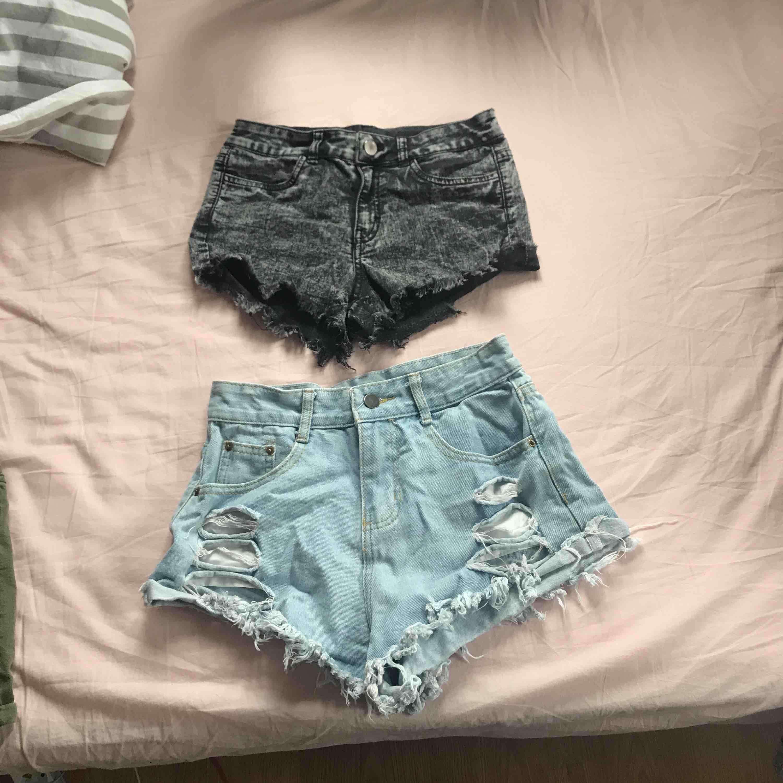 Fyra par shorts som jag säljer pga för små för mig, svarta och blå mönstrade i strl 34, gröna i strl 36 och blåa slitna i strl S, 40kr/st köpare står för frakt. Shorts.