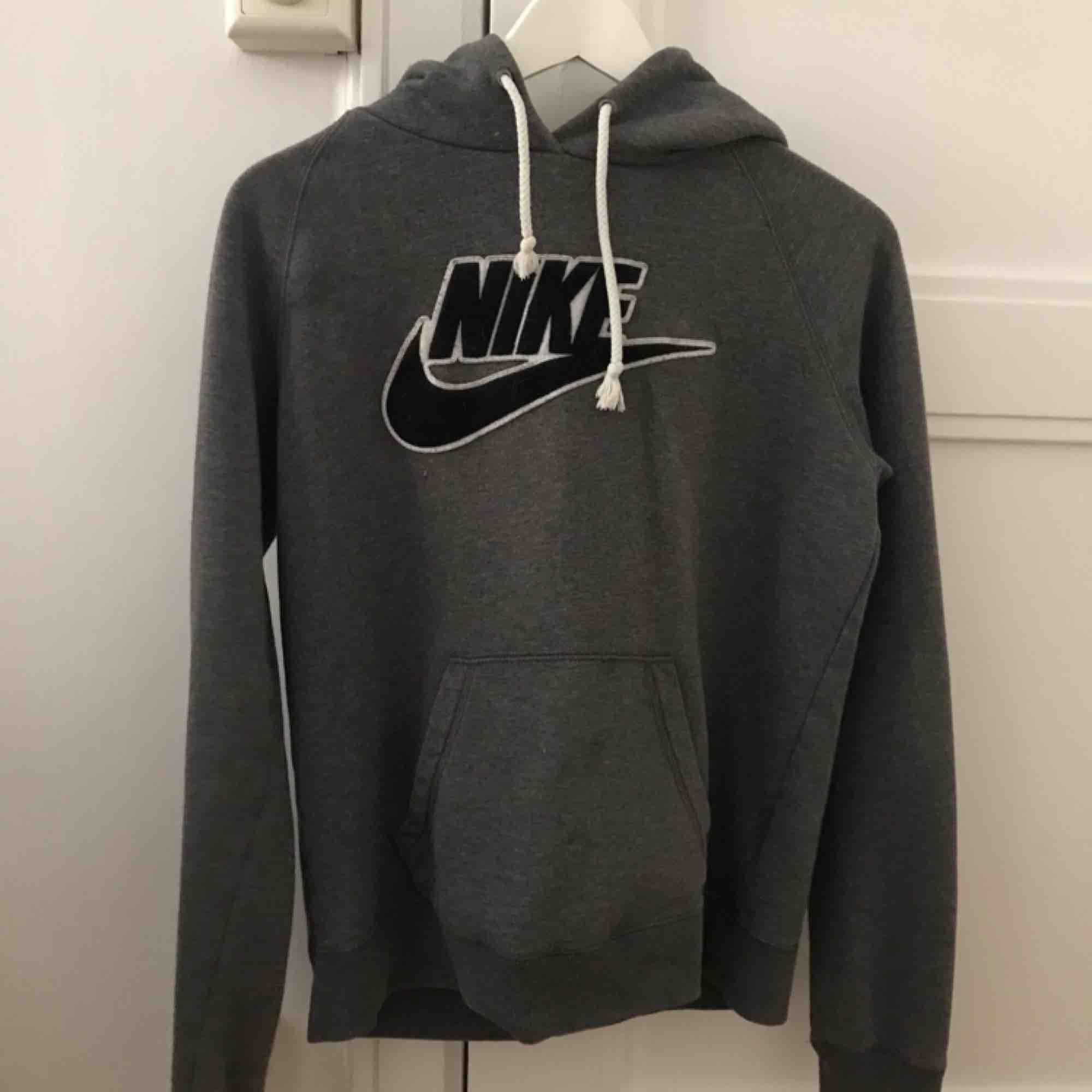 Nike hoodie använd fåtal gånger. Möts upp i Stockholm. . Huvtröjor & Träningströjor.