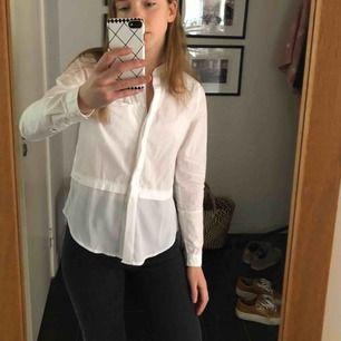 Världens snyggaste Calvin Klein skjorta, endast använd tre gånger och passar till allt. Orginalpris 1400kr. 290 eller högstbjudande!