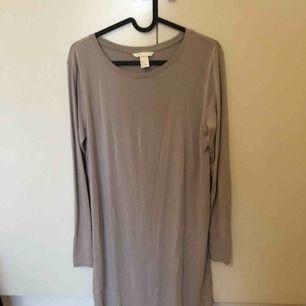 Jättefin grå/rosa långärmad klänning från H&M. Använd 1 gång på bröllop. Frakt tillkommer.